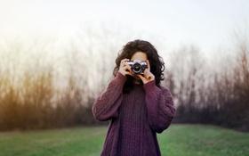 Картинка девушка, камера, фотоаппарат, снимает