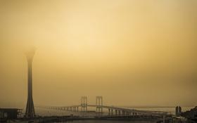 Обои пролив, мост, башня, небо, туман