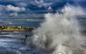 Обои море, волны, брызги, шторм, город, Эшторил, Пртугалия