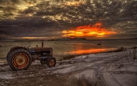 Обои море, дорога, трактор
