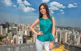 Картинка крыша, небо, облака, город, поза, улыбка, модель