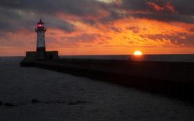Обои море, оранжевое небо, человек, маяк, облака, закат