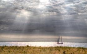 Обои поле, небо, облака, парусник, залив, солнечный свет