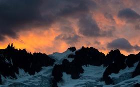 Обои лед, облака, горы, огонь, силуэт, сумерки, оранжевое небо