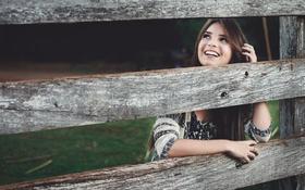 Картинка девушка, улыбка, забор, ограда