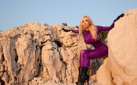 Картинка небо, камни, скалы, блондинка, латекс, Susan Wayland, sky
