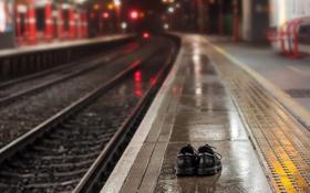 Обои рельсы, станция, ботинки