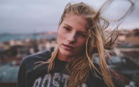 Картинка ветер, крыши, город, волосы, глаза, девушка, губы