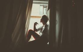 Картинка девушка, комната, окно, шторы