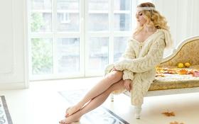 Картинка листья, ноги, окно, блондинка, кофта