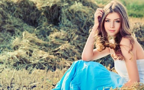 Картинка трава, взгляд, девушка, природа, юбка, декольте, шатенка
