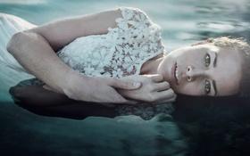 Картинка вода, девушка, платье, лежит