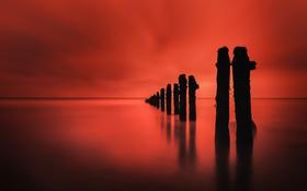 Картинка море, небо, столбы, зарево