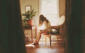 Картинка комната, ноги, кресло, блондинка
