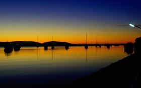 Картинка небо, горы, озеро, яхты, вечер, фонарь, зарево