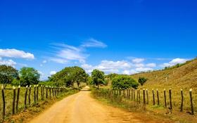 Обои дорога, небо, облака, забор, поля, Бразилия, сельская местность