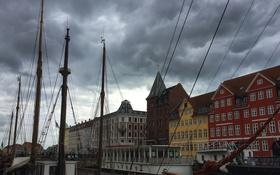 Обои небо, облака, корабль, дома, крыши, мачты, копенгаген