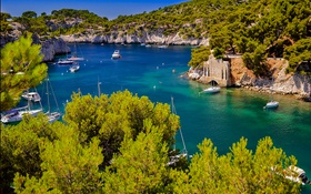 Обои лодка, яхта, Франция, деревья, скалы, бухта