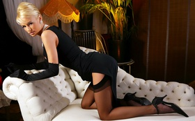 Картинка диван, чулки, блондинка, Rhian Sugden