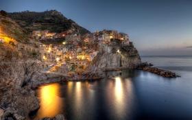 Картинка море, ночь, огни, камни, скалы, побережье, дома