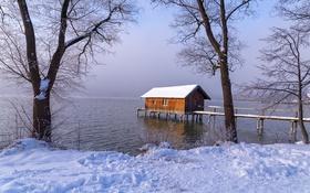 Картинка домик, причал, озеро, туман, деревья, снег, зима