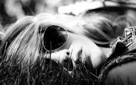 Картинка трава, девушка, очки, лежит