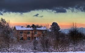 Картинка зима, небо, облака, снег, деревья, дом, заброшенный