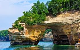 Обои море, деревья, озеро, скалы, арка