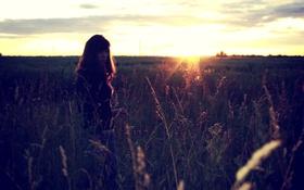 Картинка грусть, небо, трава, взгляд, девушка, солнце, закат