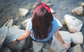 Картинка девушка, камни, волосы, сидит