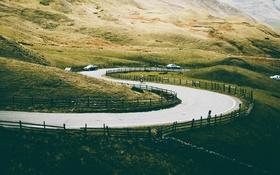 Обои дорога, холмы, забор, велосипедист, автомобили