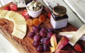 Обои сыр, клубника, виноград, курага
