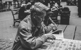 Картинка город, игры, люди, газета, квадрат, быт, пожилых людей