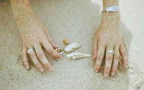 Обои песок, ракушки, кольца, руки
