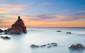 Обои море, небо, облака, скала, камни, отлив