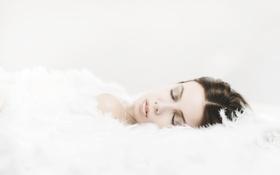 Картинка девушка, перья, лежит