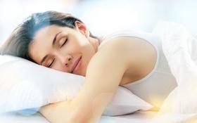 Картинка девушка, улыбка, сон, майка, подушка, одеяло, шатенка