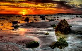 Обои море, небо, солнце, закат, тучи, камни, берег