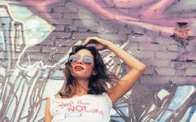 Картинка девушка, стена, очки, Greice Santo
