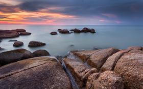 Картинка море, небо, облака, камни, скалы, зарево