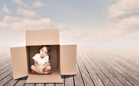 Картинка небо, фон, дерево, коробка, девочка, ребёнок