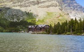 Картинка лес, деревья, горы, озеро, дом, скалы, берег