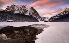 Картинка зима, лес, снег, горы, озеро, дом, река
