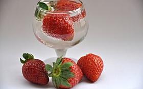 Картинка вода, макро, ягоды, земляника, клубника, рюмка