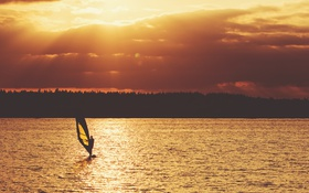 Обои облака, виндсерфинг, солнце, отражение, зеркало, озеро, виндсерфер