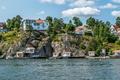 Картинка деревья, озеро, скалы, берег, лодки, домики, Швеция