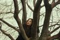 Картинка девушка, лицо, дерево, слезы