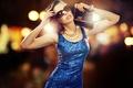 Картинка девушка, ожерелье, платье, очки, браслет, сумка