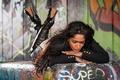 Картинка девушка, лицо, фон, волосы, сапоги, лежит