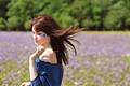Картинка цветок, поле, девушка, ветер, шатенка
